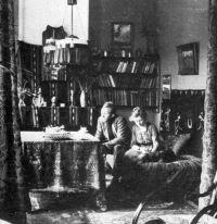 Johan Dijkstra en zijn vrouw Marie Dijkstra-van Veen in hun huiskamer in Groningen aan de Grote Spilsluizen 1e Drift 3a, circa 1924