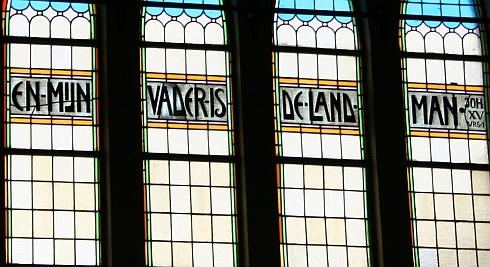 Glas-in-lood in de Gereformeerde Kerk (vrijgemaakt) te Uithuizermeeden. Zo moet De Mérode dit ook hebben gezien