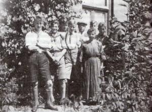 Kampeerders o.l.v. Jo Pater bezoeken Bergzicht in Eerbeek. De Mérode (met pet) en juffrouw Doom staan ook op de kiek. De derde jongen van links is Guus Koelman