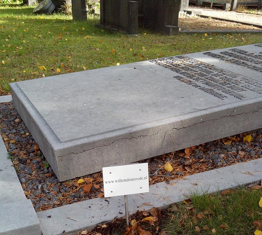 Verwijsbordje naar website bij graf – Willem de Mérode | schrijver en dichter  (1887-1939)