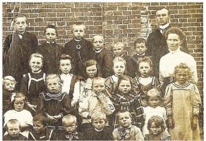 Klassenfoto 1911 Uitsnede met rechts De Mérode en juf Muda