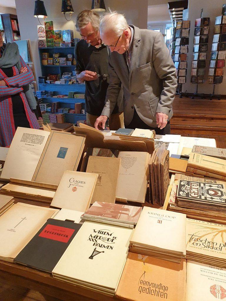 Hans Werkman en Meilof aan de boekentafel