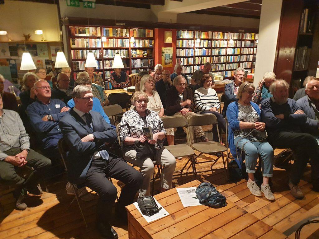 Het publiek installeert zich voor deel 2 van de lezing