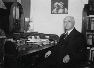 Willem de Mérode in zijn kamer te Eerbeek (1936), foto ter gelegenheid van het 25-jarig jubileum dichterschap