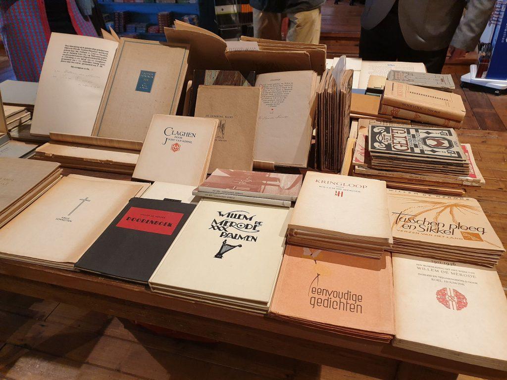 Boekentafel van Antiquariaat Meilof met een verzameling boeken van/over De Mérode