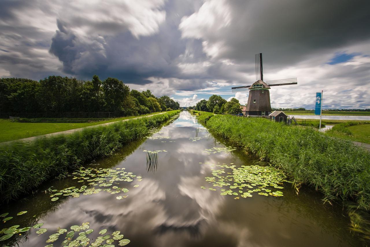 clouds-2619731_1280 - weerspiegeling kanaal