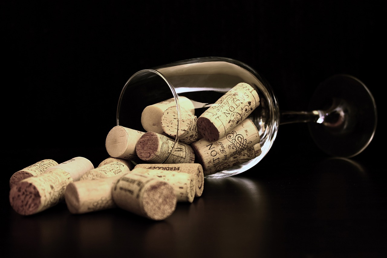 wijnglas en kurken